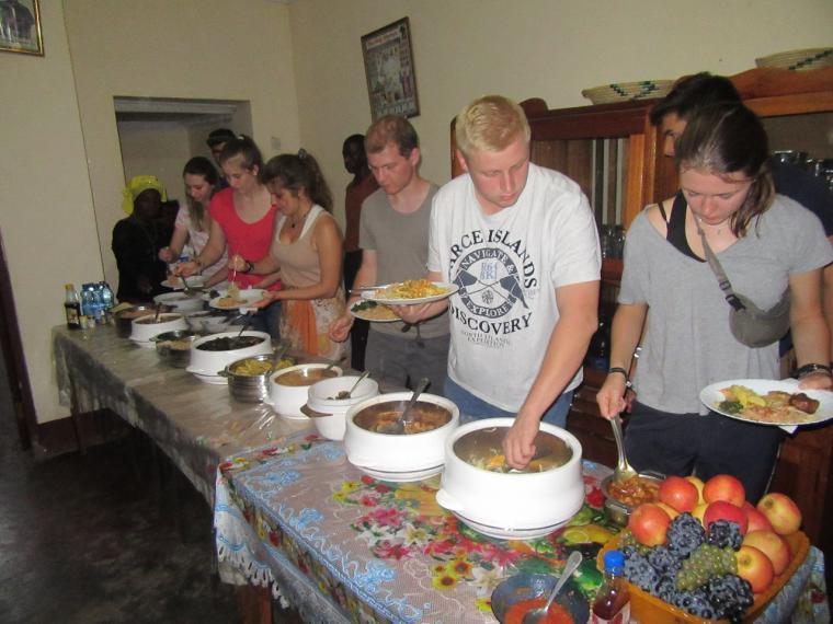 Reichhaltiges Abendessen auf der Zuckerrohrplantage in Morogoro
